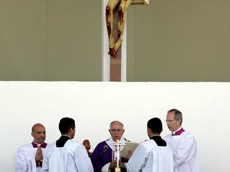 Na snímke pápež František celebruje omšu na štadióne Venustiano Carranza v Moreile v mexickom štáte Michoacan
