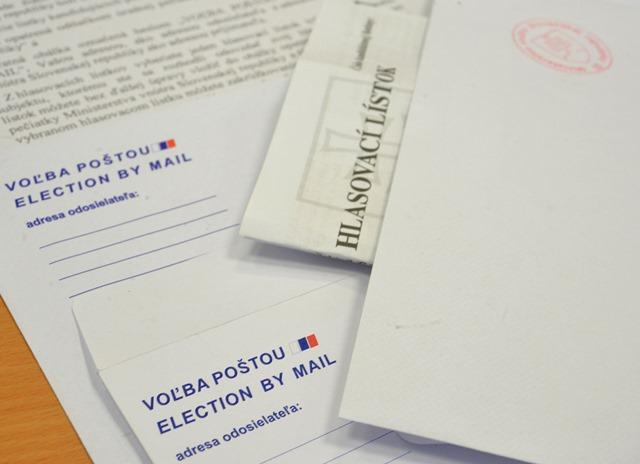 Na snímke hlasovacie lístky, návratné obálky (vľavo) a opečiatkovaná obálka pre hlasovanie poštou zo zahraničia