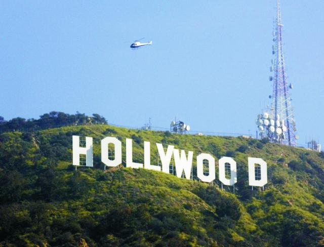 Na snímke helikoptéra letí nad svetoznámym nápisom Hollywood - charakteristickej dominante Los Angeles