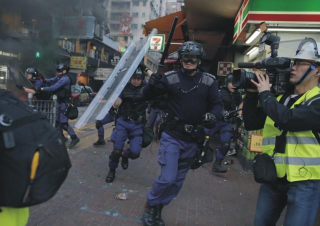 Polícia pri zásahu proti aktivistom použila obušky, slzotvorné spreje a varovné výstrely do vzduchu