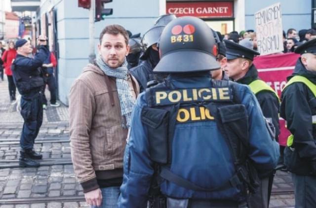 Na snímke polícia, ktorá sa zisťovala podrobnosti o strete dvoch skupín s protichodnými názormi na križovatke  ulíc Thunovská a Mostecká v Prahe