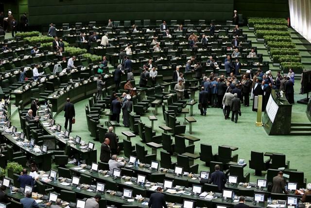 Na snímke poslanci iránskeho parlamentu