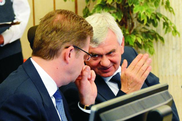 Na snímke vpravo minister pôdohospodárstva a rozvoja vidieka SR Ľubomír Jahnátek a vľavo minister životného prostredia SR Peter Žiga