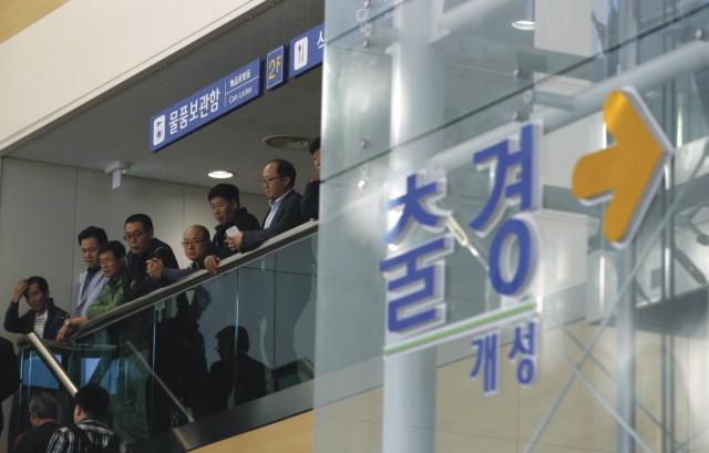 Juhokórejskí manažéri a zamestnanci čakajú pri odchode z priemyselného komplexu Kesong. Juhokórejské spoločnosti začali dnes zatvárať svoje prevádzky v priemyselnom parku Kesong na severokórejskom území, ktorý je spravovaný spoločne oboma Kóreami