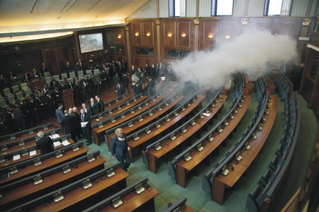 Na snímke slzotvorný plyn zamoruje zasadaciu miestnosť