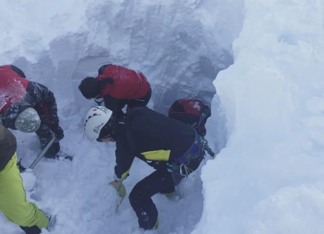 Horskí záchranári hľadajú českých lyžiarov, ktorých zasypala obrovská lavína v údolí Wattenberg v Tirolských Alpách 6. februára 2016. Lavína zasypala 17 lyžiarov z Česka, pričom piati z nich prišli o život. Dve osoby sú zranené, ale mimo ohrozenia života. Zvyšní členovia skupiny vyviazli bez zranení