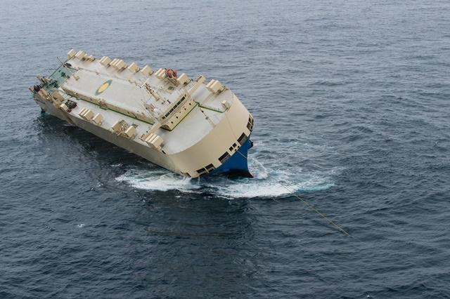 Na snímke nákladnú loď Modern Express odťahujú k francúzskemu pobrežiu