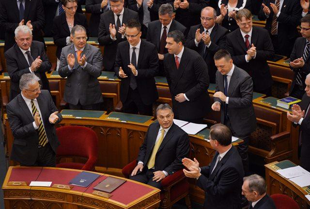 Na snímke maďarský premiér Viktor Orbán a poslanci maďarského parlamentu