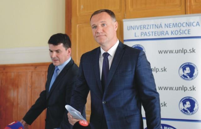 Na snímke sprava minister zdravotníctva SR Viliam Čislák a riaditeľ UNLP Košice Milan Maďar
