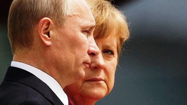 Na archívnej snímke Vladimir Putin a Angela Merkelová