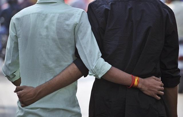 Ilustračné foto: Dvaja muži sa držia okolo pása počas  pochodu homosexuálov 1. decembra 2014  pri príležitosti Svetového dňa boja proti AIDS