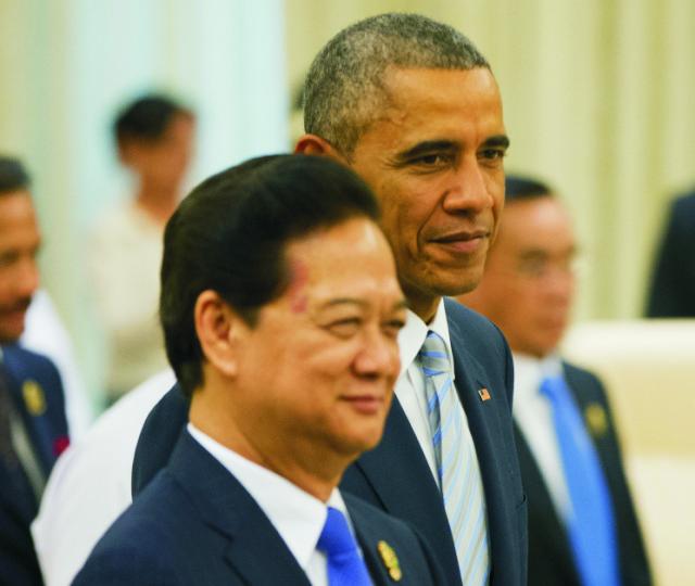 Na archívnej snímke americký prezident Barack Obama (vpravo) a vietnamský premiér Nguyen Tan Dung