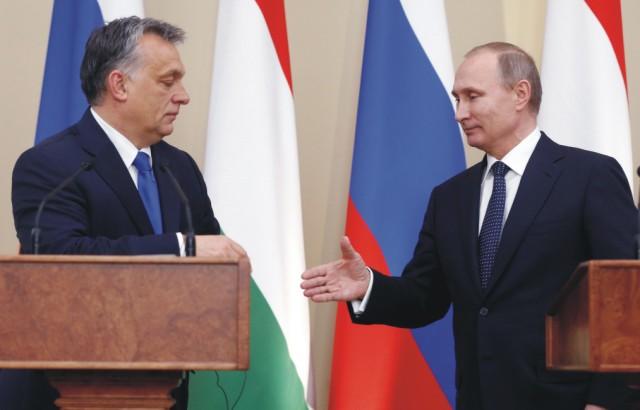 Ruský prezident Vladimir Putin (vpravo) a maďarský premiér Viktor Orbán si podávajú ruky po tlačovej konferencii po rokovaní v Moskve 17. februára 2016