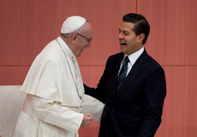 Na snímke pápež František (vľavo) a mexický prezident Enrique Peňa Nieto sa smejú počas uvítacej ceremónie v prezidentskom paláci