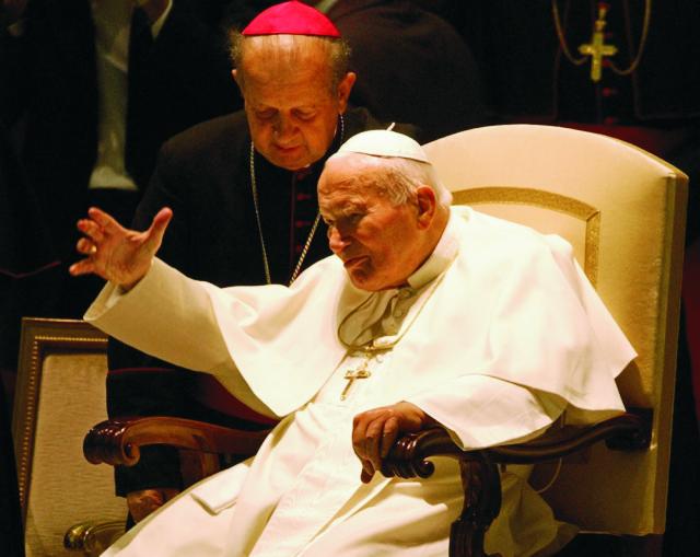 Na archívnej snímke zo 16. októbra 2003 pápež Ján Pavol II. a jeho osobný sekretár arcibiskup Stanislaw Dziwisz sú v aule Pavla VI. vo Vatikáne.  Ján Pavol II., ktorý stál na čele katolíckej cirkvi v rokoch 1978-2005