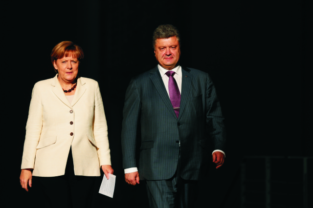Nemecká kancelárka Angela Merkelová (vľavo) a novozvolený ukrajinský prezident Petro Porošenko