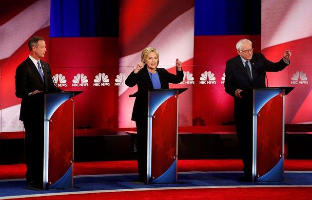 Na snímke demokratickí prezidentskí kandidáti zľava Martin O'Malle, Hillary Clintonová a Bernie Sanders