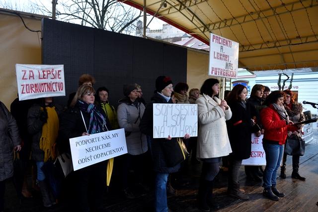 Na snímke zdravotné sestry s transparentmi počas protestného zhromaždenia