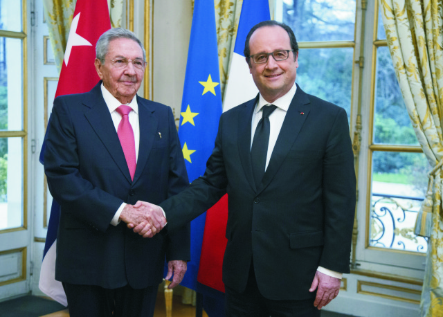 Francúzsky prezident Francois Hollande (vpravo) podáva ruku kubánskemu prezidentovi Raúlovi Castrovi v Elyzejskom paláci v Paríži 1. februára 2016
