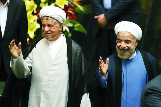 Na archívnej snímke Hasan Rúhání  (vpravo) a  Akbar Hášemí Rafsandžání