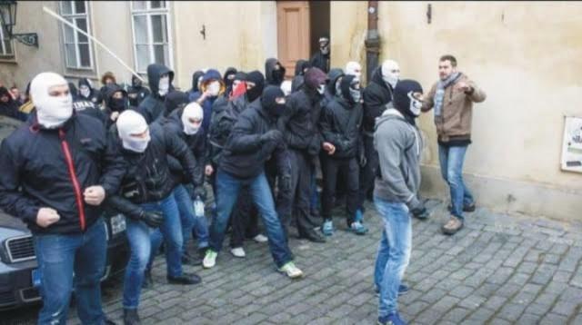 Na snímke stret dvoch skupín s protichodnými názormi na križovatke ulíc Thunovská a Mostecká v Prahe, ku ktorému urobila pražská polícia vyhlásenie