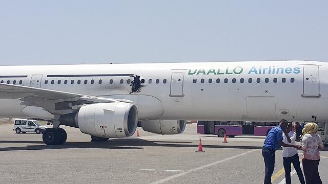 Diera v lietadle po tom, čo vybuchla útočníkovi bomba v notebooku