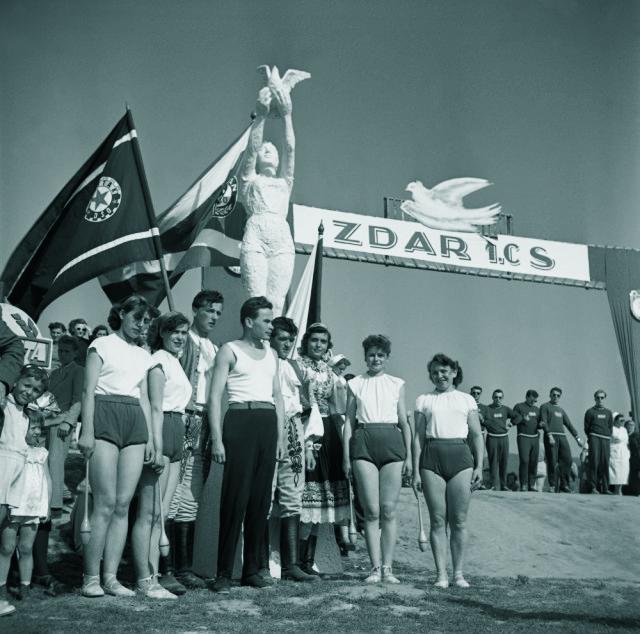 Na archívnej snímke z 30. apríla 1955 prehliadka sily, radosti a krásy našej telovýchovy - Okresná spartakiáda v Piešťanoch.Na snímke skupina cvičencov pred sadrovou sochou cvičenky s mierovou holubicou