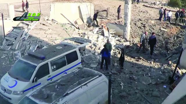 Na snímke z videa zverejnenej mediálnou skupinou Maara Media Center ľudia sa zhromažďujú pri poškodených autách po  útoku
