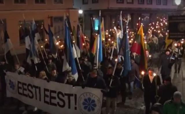 Na snímke Odinovi vojaci pochodujúci s fakľami nočným Tallinom