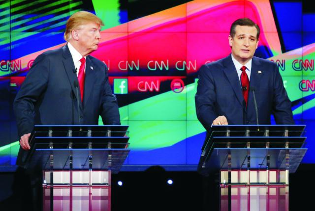 Republikánski prezidentskí kandidáti zľava Donald Trump aTred Cruz počas televíznej debaty Republikánskej strany na CNN 15. decembra 2015 v Las Vegas