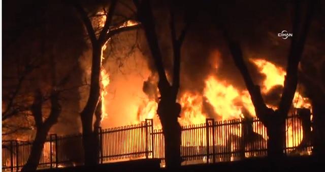 Na snímke z videa požiar, ktorý sa rozhorel po mohutnom výbuchu