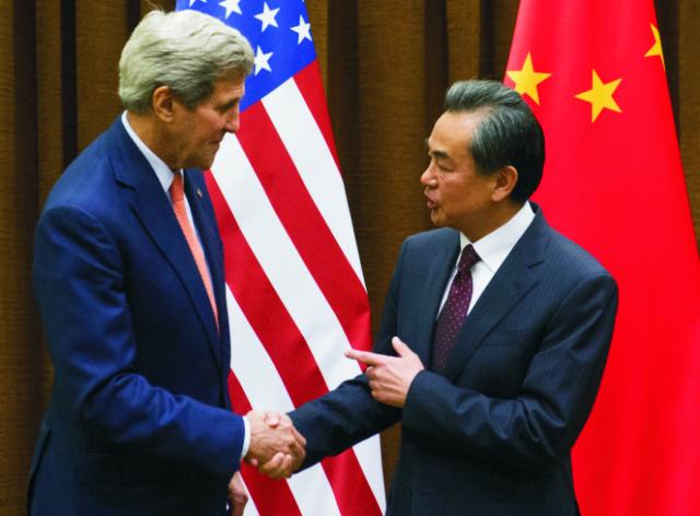 Americký minister zahraničných vecí John Kerry  (vľavo) si podáva ruku so svojím čínskym rezortným partnerom Wangom I