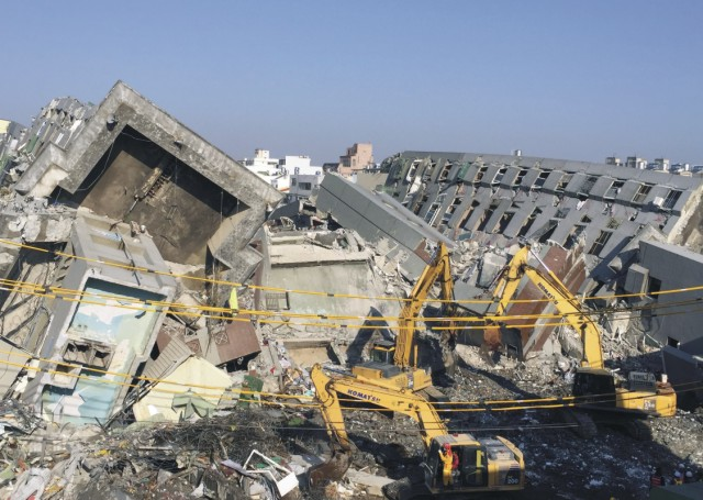 Na snímke 17-poschodový vežiak, ktorý sa zrútil pri zemetrasení na Taiwane
