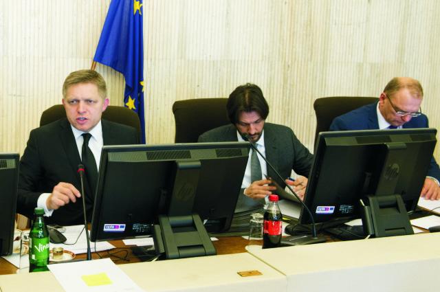 Na snímke zľava predseda vlády SR Robert Fico, podpredseda vlády a minister vnútra SR Robert Kaliňák a podpredseda vlády SR pre investície Ľubomír Vážny