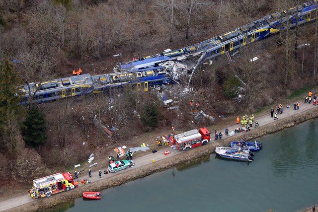 Na leteckej snímke záchranné zložky pracujú na mieste zrážky dvoch vlakov v nemeckom Bad Aiblingu