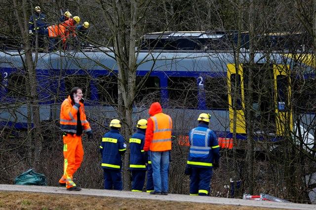 Na snímke záchranári stoja na mieste zrážky dvoch vlakov v nemeckom Bad Aiblingu