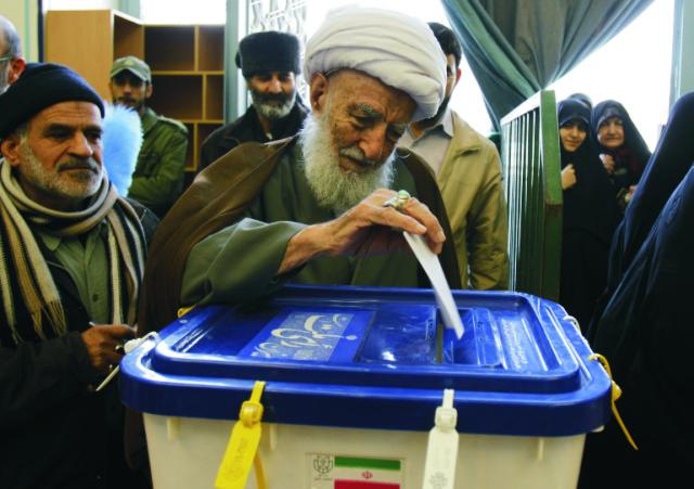 Na archívnej fotke volič vhadzuje svoj hlas do volebnej schránky