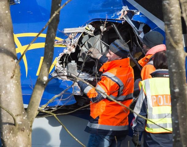 Na snímke policajti skúmajú vrak vlaku pri meste Bad Aiblling