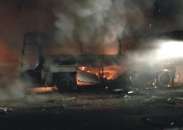 Na snímke je horiaci vrak autobusu po mohutnom výbuchu bomby, ktorý v stredu 17. februára 2016 otriasol vládnou štvrťou v tureckej metropole Ankara. Explózia si vyžiadala podľa aktualizovaných informácií najmenej 28 obetí. Ďalších 61 ľudí utrpelo zranenia.  Príčinou explózie, ku ktorej došlo vo vládnej štvrti Cankaya pred objektom letectva neďaleko sídla tureckého parlamentu, bola bomba umiestnená v aute, čo potvrdil aj vicepremiér