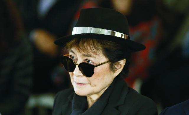 Na archívnej snímke Yoko Ono