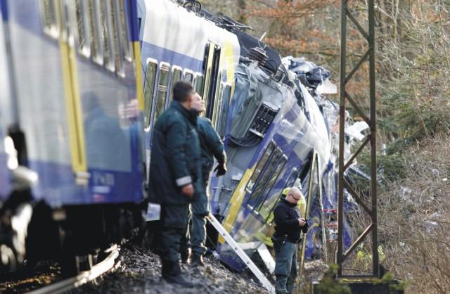 Na snímke polícia pri troskách vagónov na mieste zrážky dvoch vlakov v nemeckom Bad Aiblingu