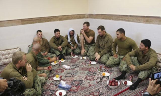 Na snímke zverejnenej Iránskymi Revolučnými gardami 13. januára 2016 sú zatknutí americkí námorníci na neznámom mieste v Iráne