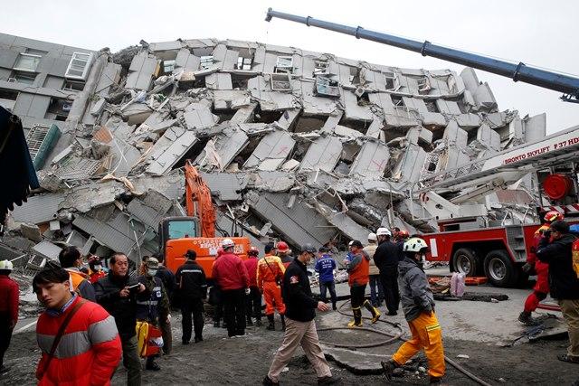 Na snímke záchranár prehľadáva ruiny  budovy, ktorá sa zrútila po zemetrasení
