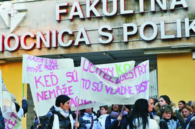 Snímka z pochodu zdravotných sestier za záchranu Fakultnej nemocnice s poliklinikou Žilina, ktorý zorganizovali Odborové združenie sestier a pôrodných asistentiek (OZ SaPA) a Slovenská komora sestier a pôrodných asistentiek (SK SaPA)