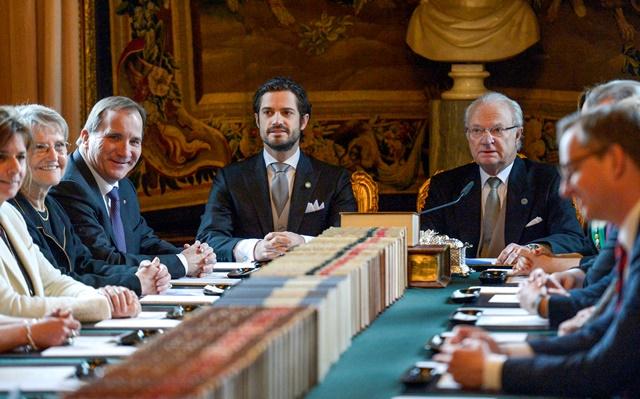 Na snímke v právo kráľ Karol XVI. Gustáv oznamuje narodenie princa Oscara Carla Olofa