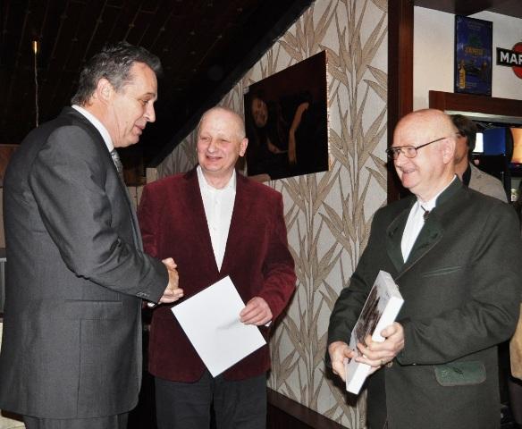 Ocenenie prevzal aj primátor mesta Nitry Jozef Dvonč. Odovzdal mu ju predseda spolku Ján Kratochvíl s podpredsedom Imrichom Točkom