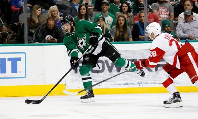 Na snímke Jason Demers (vľavo) z Dallasu Stars a Tomáš Tatar z Detroitu Red Wings počas zápasu zámorskej NHL