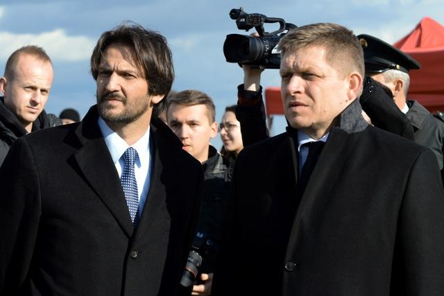 Na snímke predseda vlády SR Robert Fico (vľavo) a podpredseda vlády a minister vnútra SR Robert Kaliňák (vpravo)
