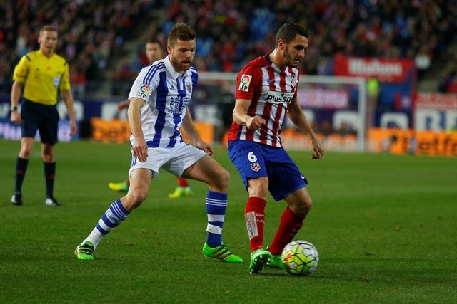 Hráč Atlética Madrid Koke (vpravo) a hráč Realu Sociedad Asier Illarramendi v súboji o loptu v zápase 27. kola španielskej La Ligy Atlético Madrid - Real Sociedad
