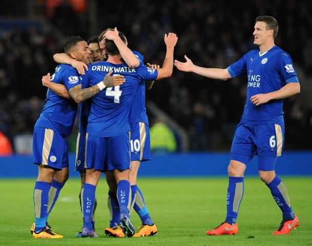 Na snímke druhý zľava hráč Leicesteru Daniel Drinkwater oslavuje svoj gól, vpravo jeho spoluhráč Andy King v zápase 28. kola anglickej futbalovej Premier League FC Leicester - West Bromwich Albion